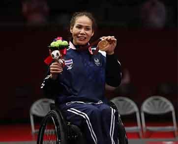 สายสุนีย์ จ๊ะนะ รับเหรียญทองแดงพาราลิมปิก จากการแข่งขันวีลแชร์ฟันดาบ เอเป้ หญิงเดี่ยว คลาสบี